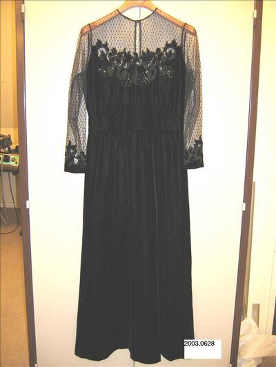 Lange jurk in zwart fluweel met platstuk in zwarte kant