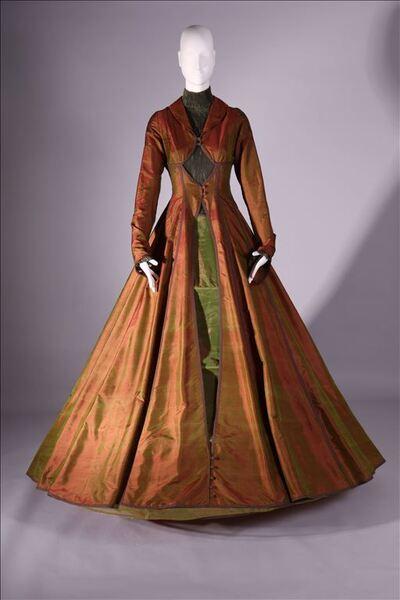 Ensemble bestaande uit jurk in groen, crinoline en mantel in roestbruine organza