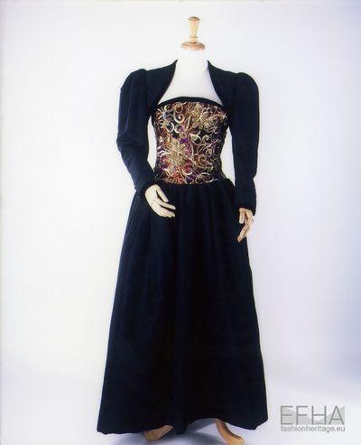 Vestido comprido cai cai com aplicações no busto