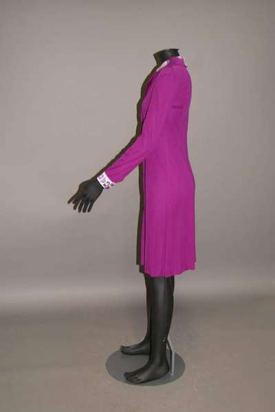 Abito in jersey di seta viola con colletto e polsini in jersey di seta stampata, disegno
