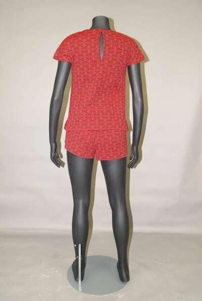 Completo composto da shorts e maglia in filanca di cotone, motivo geometrico nei colori del nero e rosso.