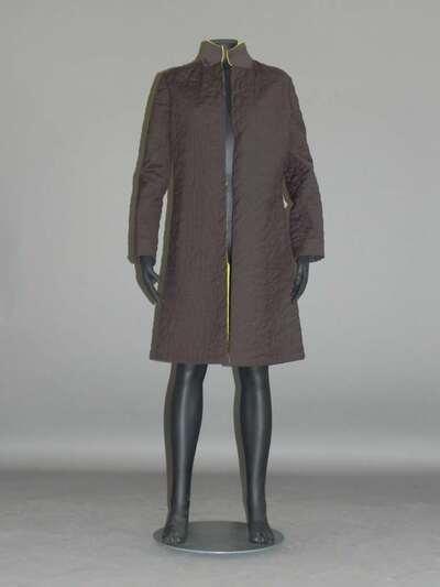 Cappotto in tessuto di lana vergine e nylon trapuntato di colore marrone; fodera in raso di seta verde lime.