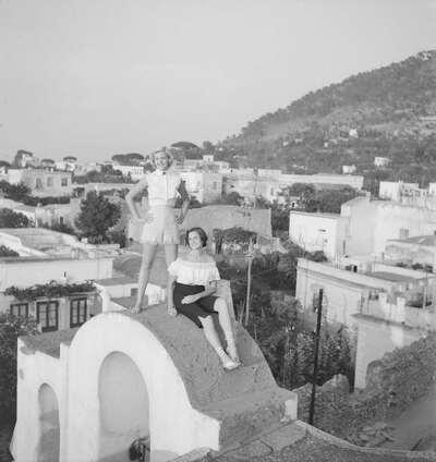 Due completi con camicetta e shorts sfrangiati e top con volant e pantaloni Capri; sandali alla schiava