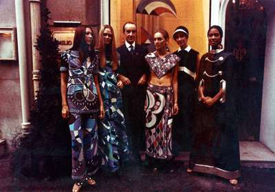 Il Marchese Emilio Pucci con alcune modelle della sfilata di Parigi del 1970.