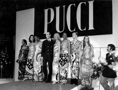 Il Marchese Emilio Pucci con modelle alla sfilata di Berlino.