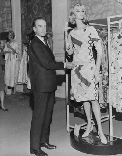 Il Marchese Emilio Pucci con abito della collezione