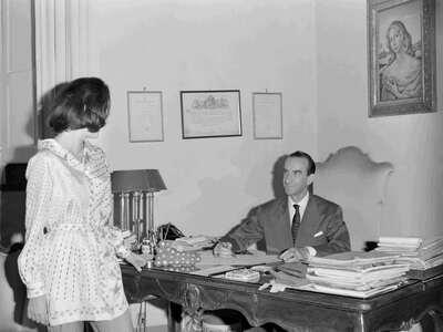 Il Marchese Emilio Pucci con una modella.
