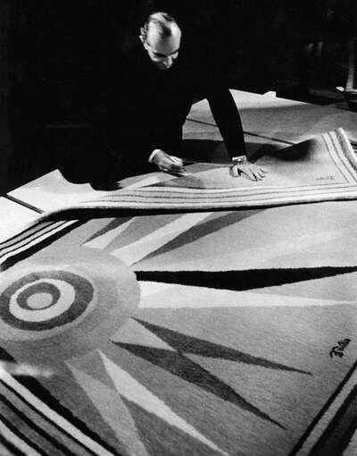 Il marchese Emilio Pucci firma i suoi tappeti.