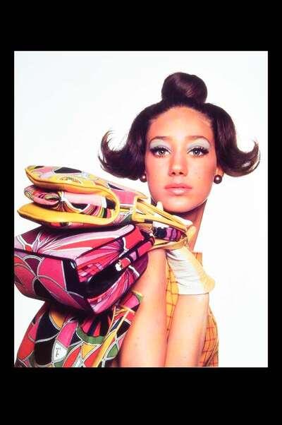 Marisa Berenson con borse Pucci in velluto stampato.