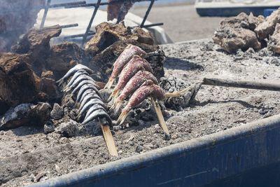 Asado de espetos de sardinas y salmonetes
