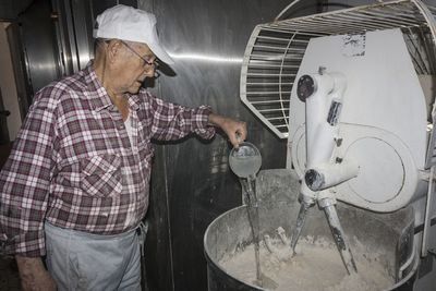 Mezclado de levadura madre, fresca, agua y sal