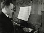 Beiaardier Jan Wagenaar jr. achter het carillon