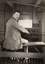 Jacob Vincent(1868-1953) bespeelt het carillon van het Paleis op de Dam. Amsterdam, 1911.