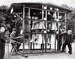 Carillons, Beiaardiers. Een, in de openlucht opgesteld carillon, wordt bespeeld door een beiaardier. Plaats onbekend, Nederland, datum onbekend.