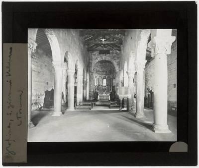 Gropina. Pieve di San Pietro :Interieur: Zicht op chevet vanuit middenschip