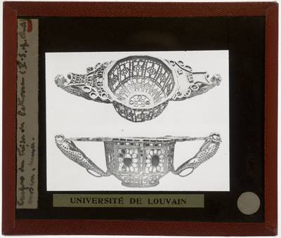 Gouden achthoekige vaas met edelstenen en dierenmotieven :Tezaurul de la Pietroasele