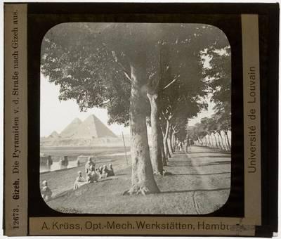 Gizeh. Piramides van Cheops, Chefren, Mykerinos en de koningspiramides vanop de straat gezien