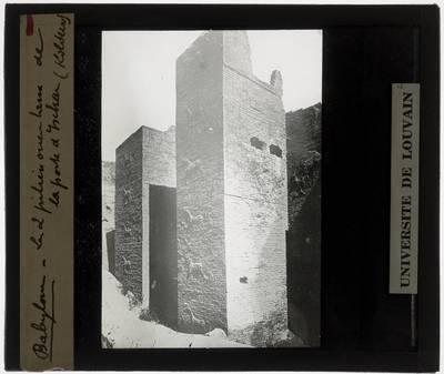 Babylon. Ištarpoort :Restanten van de twee pilaren