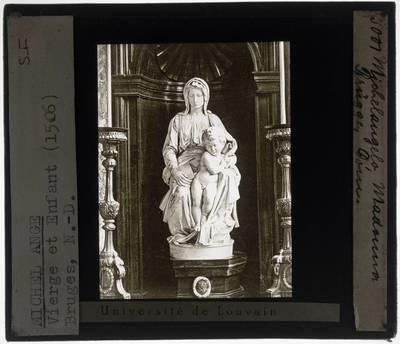Michelangelo Buonarroti. Madonna met Kind :Vooraanzicht, in de nis