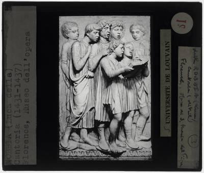 Luca della Robbia. Cantoria :Detail: Jonge koorzangers met boek (Reliëf langs de linkerzijde)