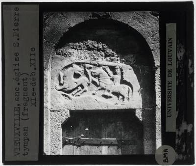 Vieuxville. Eglise Saint-Pierre et Paul :Exterieur: Westportaal met timpaan met Sint-Joris en de draak