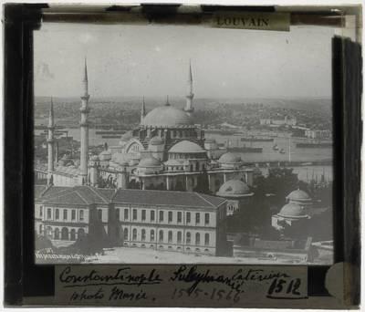 İstanbul. Sultan Ahmet Camii :Exterieur: Gezien vanuit de achterzijde met zicht op de de lager gelegen stad