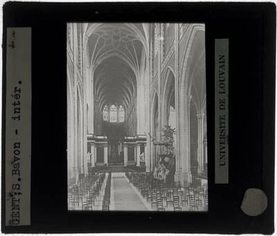 Gent. Kathedraal Sint-Baafs :Interieur: Zicht vanuit het middenschip op het koor