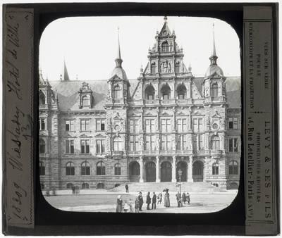 Wiesbaden. Neues Rathaus :Exterieur: Gedeeltelijk zicht op de westelijke gevel