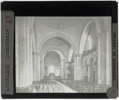 Angoulême. Cathédrale Saint-Pierre :Interieur: Middenschip gericht naar het koor