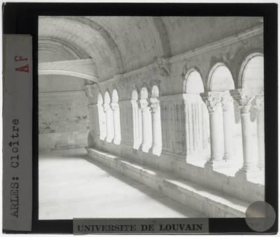 Arles. Abbaye de Montmajour :Interieur: Kloostergang