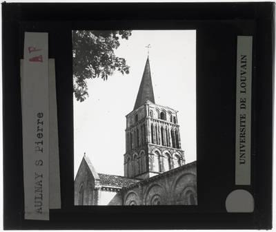 Aulnay. Église Saint-Pierre :Exterieur: Zicht op de kerktoren vanuit het noordwesten