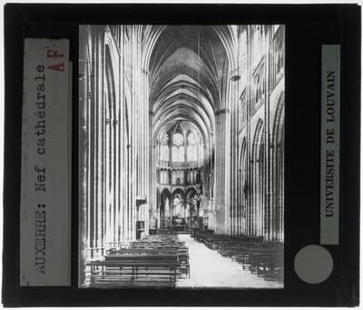 Auxerre. Cathédrale Saint-Étienne :Interieur: Middenschip gericht naar het koor