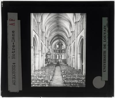Auxonne. Église Notre Dame :Interieur: Middenschip gericht naar het koor