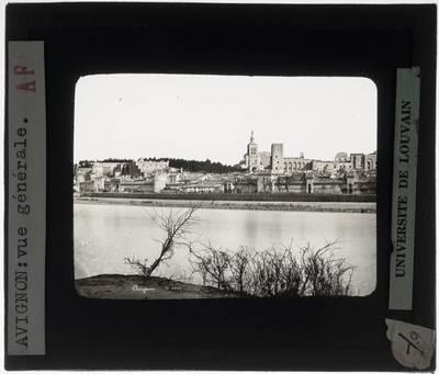 Avignon. Zicht op de stad vanaf de overkant van de Rhône