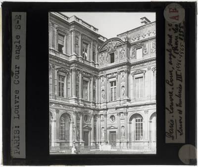 Paris. Palais du Louvre :Zuidoostelijke hoek van de Cour Carrée