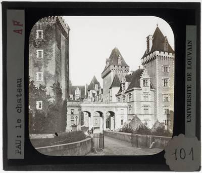 Pau. Château de Pau :Exterieur met portaal