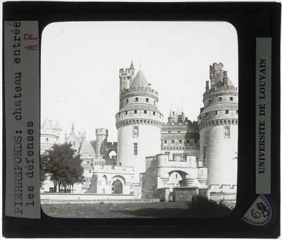 Pierrefonds. Château de Pierrefonds :Exterieur: Ingang van het kasteel met torens
