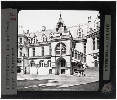 Pierrefonds. Château de Pierrefonds :Exterieur: Binnenhof