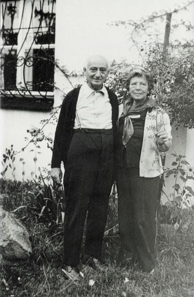 Vas István és Szántó Piroska szentendrei házuk előtt