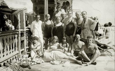 Thurzó Gábor bal oldalt fehér ruhában