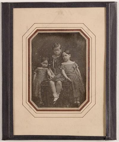 Drei unbekannte Kinder