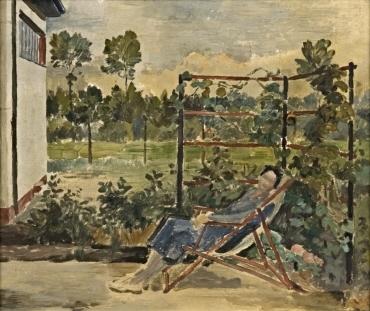 Liegende Frau im Garten