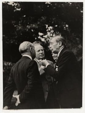 Gartenparty bei Joseph Avenol, Generalsekretär des Völkerbundes in Genf. von links: Yvon Delbos, Maxim Maximowitch Litwinow, Léon Blum