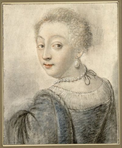Porträt einer Dame mit Ohrringen, Perlenkette und blauem Samtkleid