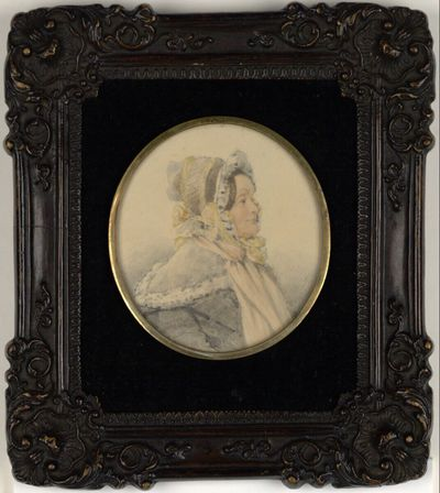 Gräfin Eszterhazy in grauem Kleid mit weißem Kragen und Spitzenhäubchen mit gelben Bändern
