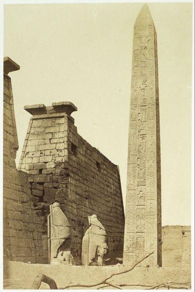Tempel von Luxor, vor dem Haupteingang im Pylon. Der Zwilling zu diesem Obelisk stand damals schon (und auch heute noch) auf der Place de la Concorde in Paris