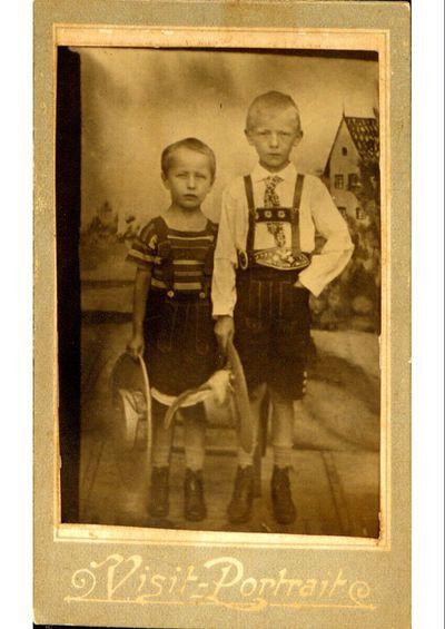 Zwei Jungen in Lederlatzhose und Hut