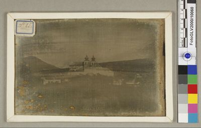 Blick auf Gaaden bei Mödling, Niederösterreich mit der Pfarrkirche St. Jakobus Major