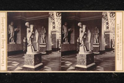 Im sogenannten Heroen-Saal der Glyptothek zu München, mit der damals noch als Darstellung des des Jason gesehenen Statue des Hermes (