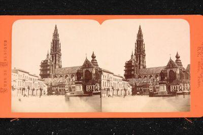 Blick auf die Kathedrale von Antwerpen mit der 1843 aufgestellten Statue Peter Paul Rubens' auf der Südseite